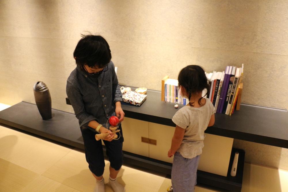 星のや東京 東京 子連れ 星野リゾート お茶の間ラウンジ おもちゃ フリースペース 絵本